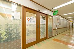 真っすぐ進んだ突き当りの角が博多駅こころ歯科クリニックです。